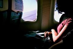 Flugzeug Passagier schaut aus Fenster