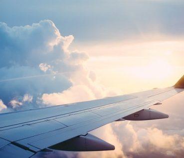 Flugzeug Flügel über den Wolken